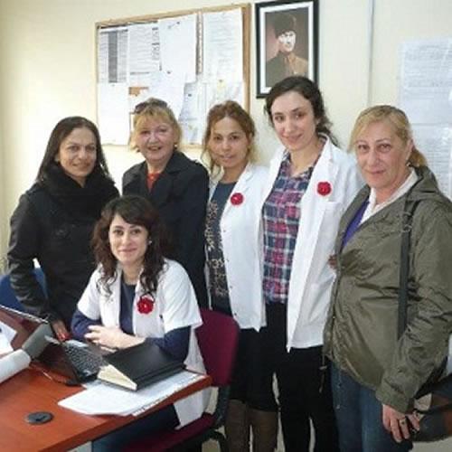 14 Mart Tıp bayramı tüm yurtta olduğu gibi Üsküdar'da da kutlandı. CHP Üsküdar İlçe Yönetimi ve Kadın kolları ilçedeki çeşitli hastane ve sağlık kuruluşlarında çalışan doktorlar ve sağlık çalışanlarına çiçekler götürerek 14 Mart Tıp bayramlarını kutladı.