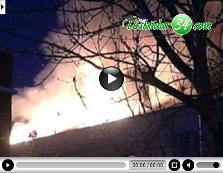 Üsküdar'da bir binanın çatısı alev alev yandı