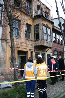 Üsküdar'da tarihi binanın merdiveni çöktü.
