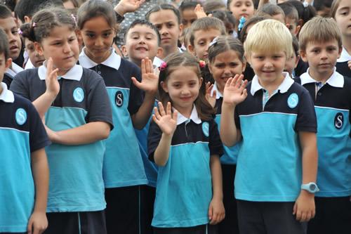 İstanbul'da yaklaşık 2 milyon 700 bin öğrenci ders başı yaparken yeni ders yılının başlamasına ilişkin program üst düzey bürokratların katılımıyla Üsküdar Saffet Çebi İlköğretim Okulu'nda yapıldı.