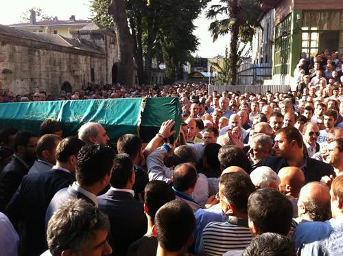 Üsküdar'ın ağabeyi Abdülkadir Kibar, Üsküdar Yeni Camii'de kılınan cenaze namazının ardından Karacaahmet Mezarlığına defnedildi.