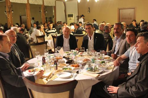 AK Parti Üsküdar İlçe Başkanlığı her yıl düzenlemiş olduğu Sivil Toplum Kuruluşları yemek programı 31 Mayıs 2011 Salı akşamı Üsküdar Belediyesi Sosyal Tesislerinde STK başkan ve yöneticilerinin katılımı ile gerçekleştirildi.
