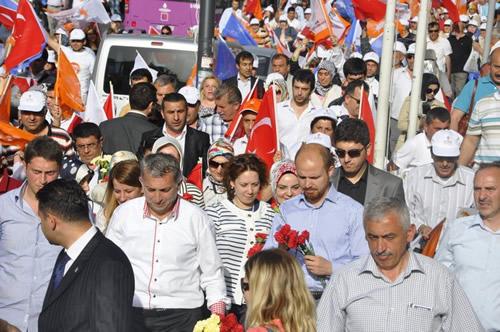 AK Parti Üsküdar İlçe Teşkilatı'nın organize ettiği ''Sevgi Yürüyüşü'' programına binlerce Üsküdarlı katıldı.