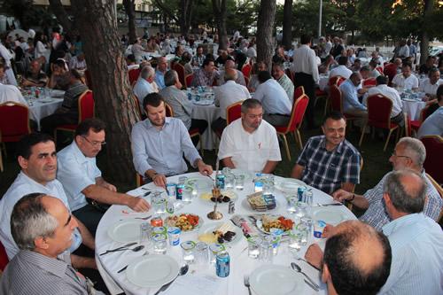 AK Parti Üsküdar İlçe Teşkilatı Üsküdar'da faaliyet gösteren Sivil Toplum Kuruluşlarını Üsküdar Belediyesi Sosyal Tesisleri bahçesinde düzenlediği ifar yemeği programı ile bir araya getirdi.