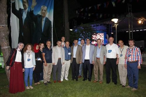 AK Parti Üsküdar İlçe Başkanlığı tarafından her yıl geleneksel olarak düzenlenen sivil toplum kuruluşları iftar programı Üsküdar'da yoğun bir katılımla gerçekleştirildi.