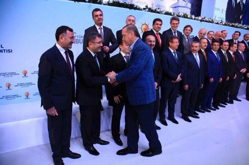 Başbakan Recep Erdoğan, Üsküdar Belediye Başkanı Mustafa Kara'ya hizmetlerinden dolayı teşekkür ederek yeni başkan adayı Hilmi Türkmen'i de tebrik etti.