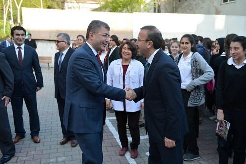 Üsküdar Belediye Başkanı Hilmi Türkmen, Validebağ Mesleki ve Teknik Anadolu Lisesi'ni ziyaret ederek, yetkililerden okulun eksiklikleri hakkında bilgiler alırken, diğer yandan da lise son sınıf öğrencilerine yapılan eşofman dağıtımına katıldı..