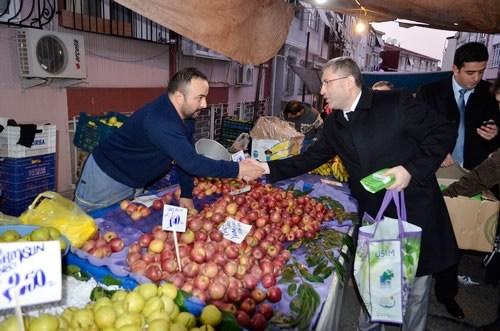 Üsküdar Belediye Başkanı Hilmi Türkmen, ilçenin semt pazarlarını gezerek esnafın sıkıntılarını dinledi ve alış-verişe çıkan vatandaşlarla sohbet ederek zembil dağıttı.