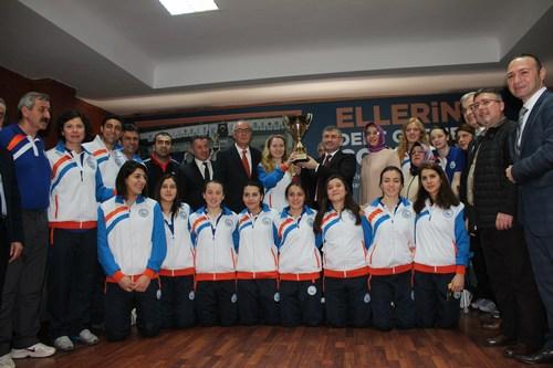 Üsküdar Belediye Başkanı Hilmi Türkmen, Türkiye Gençler Süper Lig'inde şampiyonluğa ulaşan Üsküdar Belediyesi Spor Kulübü Bayan Hentbol Genç Takımı'nı ağırlayarak elde edilen başarıdan dolayı birer kese altınla ödüllendirdi..