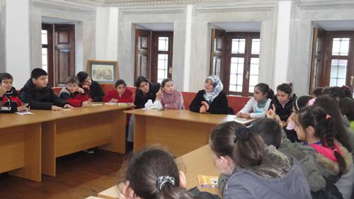 Üsküdar Belediyesi Bilgi Evleri, ''Yazar Olsa Ne Yazar?'' üst başlıklı okur-yazar buluşmalarıyla üyelerini sevdikleri kitapların yazarlarıyla buluşturuyor.