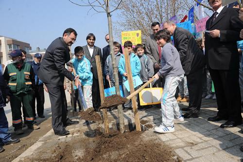 Üsküdar Belediyesi Park ve Bahçeler Müdürlüğü tarafından ''Bir fidan dikilir, bir insan yetişir, Üsküdar değişir'' projesi kapsamında 28 Mart Pazartesi günü çok sayıda öğrenci tarafından fidan dikimi gerçekleştirildi.