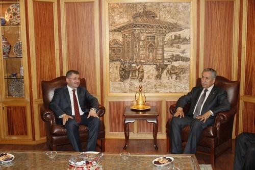 Başbakan Yardımcı Bülent Arınç, Üsküdar Belediye Başkanı Hilmi Türkmen'i makamında ziyaret ederek ''Hayırlı olsun'' dedi