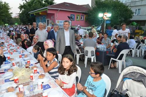 Üsküdar Belediyesi tarafından düzenlenen sokak iftarları hızla devam ediyor.