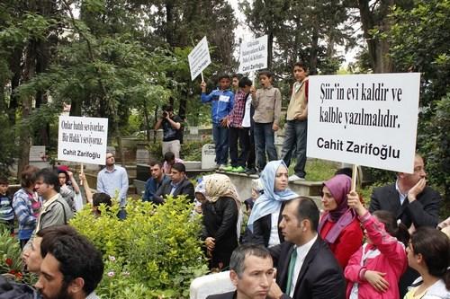 Türk Edebiyatı'nın önemli isimlerinden Cahit Zarifoğlu Küplüce Mezarlığı'nda bulunan kabri başında Üsküdar Belediyesi tarafından düzenlenen anma programı ile anıldı.