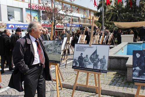 18 Mart Çanakkale Zaferi'nin 98. yıl dönümünde şehitlerimizi anısına Üsküdar Belediyesi önünde açık hava fotoğraf sergisi düzenlendi.