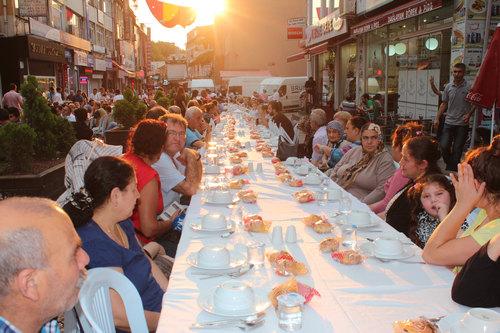 CHP Üsküdar İlçe Örgütü Ramazan ayının son haftasında Üsküdar Selamiali Efendi Caddesi üzerinde düzenlenen sokak iftarında yaklaşık 1500 kişiyi misafir etti.