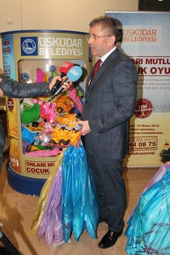 �nl� futbolcular �sk�dar Belediyesi'nin oyuncak kampanyas�na destek verdi