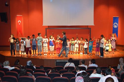Selami Ali Gençlik Merkezi II. Karne Şenliği Bağlarbaşı Kültür Merkezi'nde coşkulu bir şekilde gerçekleşti.
