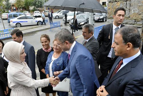 Emine Erdo�an, Zeynep Kamil �lkokulu'nu ziyaret etti