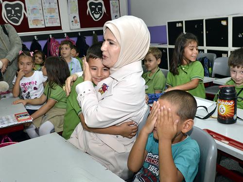 Cumhurbaşkanı Recep Tayyip Erdoğan'ın eşi Emine Erdoğan, Üsküdar'da mezun olduğu Zeynep Kamil İlkokulu'nu ziyaret etti.