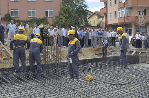 Güzeltepe Mahallesi Çamlıktepe Camii'nin temeli Müftülük yetkileri ve Üsküdar Belediyesi yetkilileri tarafından atıldı.