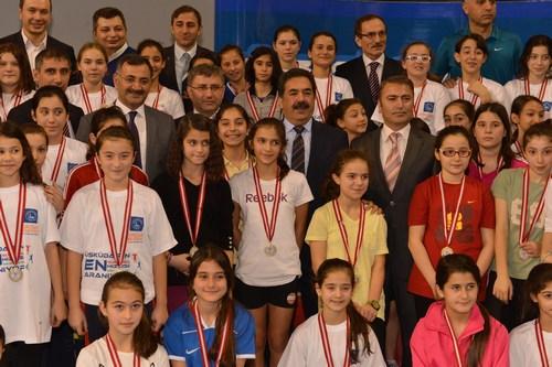 'Toplumda Sporu Tabana Yayma ve Geliştirme Projesi' kapsamında Üsküdar'da düzenlenen 'Üsküdar Enlerini Arıyor' atletizm ligi yarışmasının final müsabakaları yapıldı