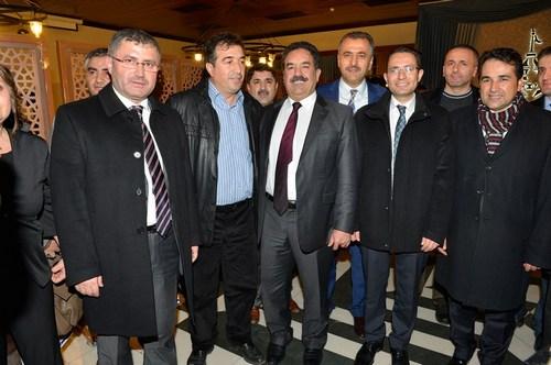 Üsküdar Belediye Başkanı Hilmi Türkmen, Üsküdar'daki okulların okul aile birliği başkanlarına bir yemek vererek eksiklerini ve dileklerini dinledi.