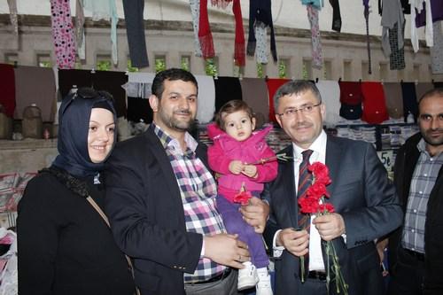 Üsküdar Belediye Başkanı Hilmi Türkmen seçimlerin ardından mazbatasını alır almaz soluğu Üsküdar Cuma Pazarı'nda aldı.