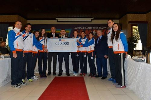 Üsküdar Belediye Başkanı Hilmi Türkmen, Avrupa Kulüpler Atletizm Kros Şampiyonası'nda birinci olan Üsküdar Belediyesi Bayan Kros Takımı sporcularını ödüllendirildi.