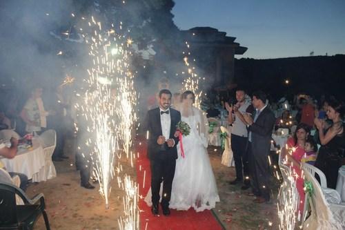 Üsküdar iş adamlarından Deniz Hafriyat'ın sahibi Haydar Deniz Çavuşbaşı Doğa Restaurant'ta düzenlenen muhteşem kır düğünüyle oğlu Sinan'ı İpek Kılıç ile evlendirdi.