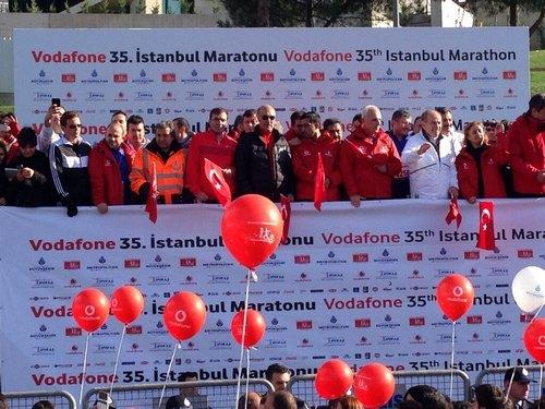 Türkiye'de düzenlenen en önemli spor organizasyonlarından olan 35. Vodafone İstanbul Maratonu'nun startı 09.00'da Boğaziçi Köprüsü'nün Üsküdar ayakları girişinden verildi.