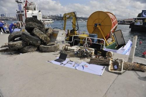 ''Denizimiz Temiz'' kampanyası dahilinde Üsküdar sahilinde denizde çöp toplama ve temizlik kampanyası başlatıldı