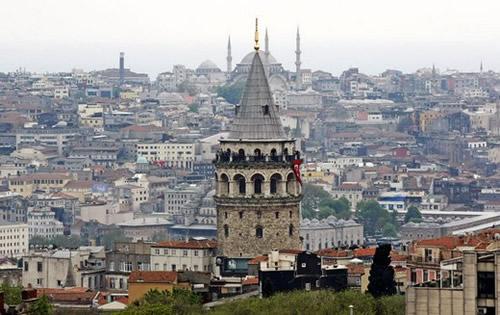 İki kıtayı birleştiren ve tarihsel süreçte birçok medeniyete ev sahipliği yapan İstanbul'un görülecek ve yaşanacak 100 mekanı kitaplaştırıldı.