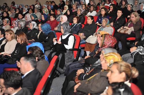 ''25 Kasım Kadına Yönelik Şiddetle Mücadele Günü'' dolayısıyla Üsküdar Belediyesi ile Medeniyet Üniversitesi ortak bir panel düzenledi.