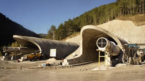 Ankara-Kastamonu arasındaki mesafeyi 1,5 saat kısaltacak olan Bitümlü sıcak karışım kaplamalı bölünmüş yolun ve Ilgaz Tüneli'nin yapımı tüm hızıyla sürüyor.