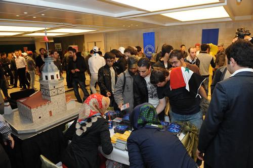 Dünyanın dört bir yanından yüksek öğrenim için İstanbul'a gelen yüzlerce öğrenci, şehirde birlikte yaşayan renklere nicelerini katarak kent kültürümüzü zenginleştiriyor, İstanbul'un birer Kültür ve Tanıtım Gönüllüsü oluyor.