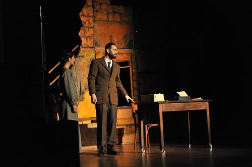 Üsküdar Gençlik Merkezi, gençleri sanat ve kültürle buluşturmaya devam ediyor. Mehmet Akif Ersoy'un ölüm yıl dönümü vesilesiyle Tiyatro Greyfurt'un sahnelediği ''Akif'' adlı oyunun galası yapıldı.