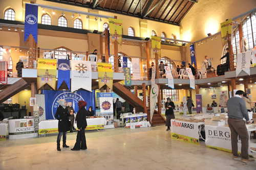 Üsküdar Belediyesi, Dergi Editörleri Birliği ve Türkiye Yazarlar Birliği tarafından düzenlenen 3. Dergi Günleri başladı. Bağlarbaşı Kültür ve Kongre Merkezi, Ulaşım Müzesi'nde yapılan Dergi Fuarı 100'ü aşkın derginin katılımıyla gerçekleşti.