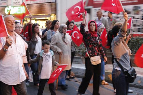 MHP Üsküdar İlçe Teşkilatı tarafından organize edilen yürüyüşe Üsküdar İlçe Başkanı Habib Suiçmez, Hakkı Kurtuluş, Azmi Karamahmutoğlu, Necdet Yıldırım gibi bir çok yeni ve eski yönetici ile birlikte Üsküdarlılar yoğun katılım sağladı.