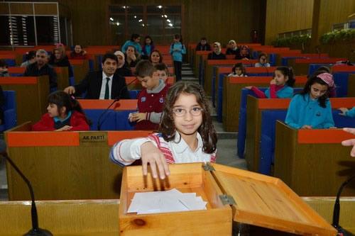 Minik demokratlar �sk�dar Belediyesi'nde temsili se�ime gitti