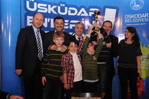 ''Üsküdar Enlerini Arıyor'' atletizm ligi yarışmasının final müsabakalarında dereceye giren minik sporcular ve ailelerine Belediye Başkanı Mustafa Kara tarafından bir yemek verildi.
