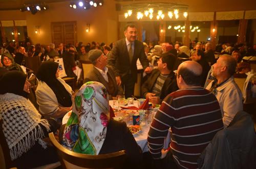 Üsküdar Belediye Başkanı Mustafa Kara, Üsküdar'da hac farizasını yerine getiren hacıları, verdiği yemekte bir araya getirdi.