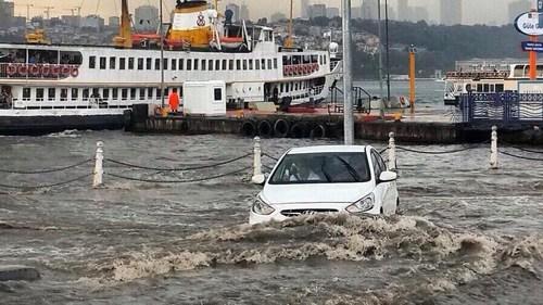 Üsküdar'da etkili olan sağanak yağış zaman zaman doluya dönüştü