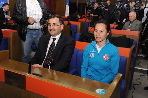 Üsküdar Belediyesi sporcusu Aslı Çakır Alptekin, Üsküdar Belediye Başkanı Mustafa Kara'yı makamında ziyaret etti.