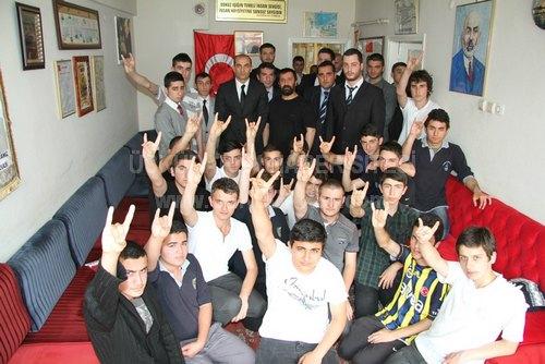 Ülkü Ocakları Eğitim ve Kültür Vakfı Genel Başkanı Olcay Kılavuz ve genel merkez yöneticileri, Üsküdar Ülkü Ocakları'nı ziyaret etti.