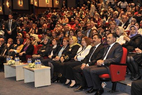 Başbakan Recep Tayyip Erdoğan'ın eşi Emine Erdoğan, Üsküdar'da gerçekleştirilen 'Uluslararası Çocuk ve Mahrumiyetler Sempozyumu''na katıldı.
