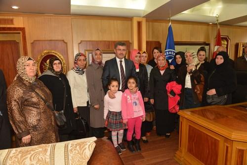 Üsküdar Belediye Başkanı Hilmi Türkmen, kendisini kutlamak için heyetler halinde gelen konuklarını makamında ağırlıyor.