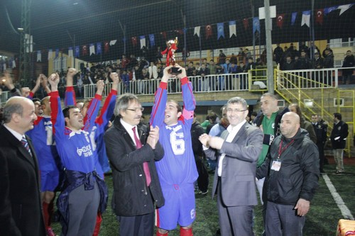 Üsküdar Belediyesi tarafından bu yıl 8.'si düzenlenen Geleneksel Bahar Kupası 2. Amatörler Futbol Turnuvası'nda Şampiyon İcadiyespor'a kupayı Üsküdar Belediye Başkan Yardımcısı Hilmi Türkmen verdi.