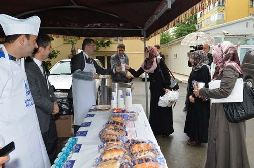 Üsküdar Belediyesi, bütünleme sınavları nedeniyle yoğunluk yaşayan öğrencilere çorba desteği verdi.