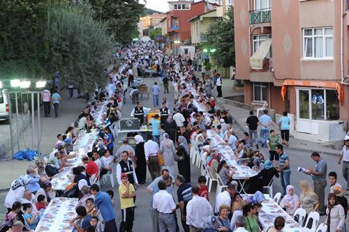 Ramazan süresince her gün 24 bin kişiye iftarlık yemek dağıtacak olan Üsküdar Belediyesi, sokak iftarlarına Ünalan Mahallesi'nde başladı.